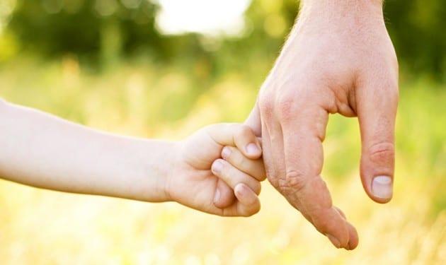 mains-enfant-papa-630x375